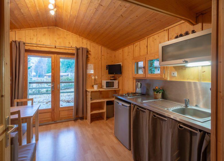 Chalet Epicéa séjour-cuisine -Camping de la Foret levier