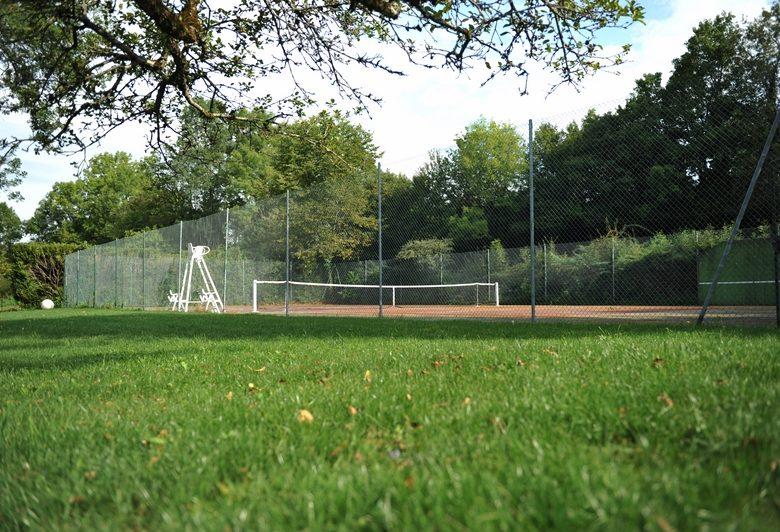 Gite Mathey Doret – Le court de tennis